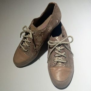 MUNRO LACE UP GOLD AND TAN SHOES
